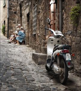 italy_bolsena_gossip-women_scooter_01